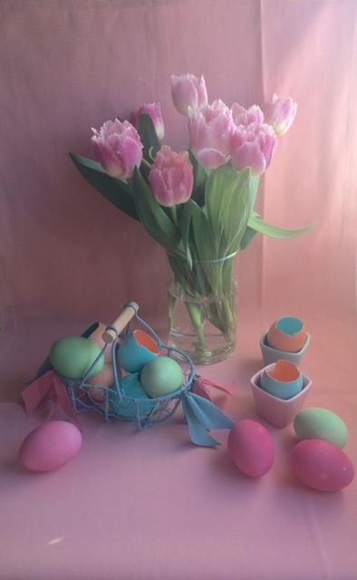 décoration de Pâques en couleurs tendres en vert clair rose saumon et bleu.