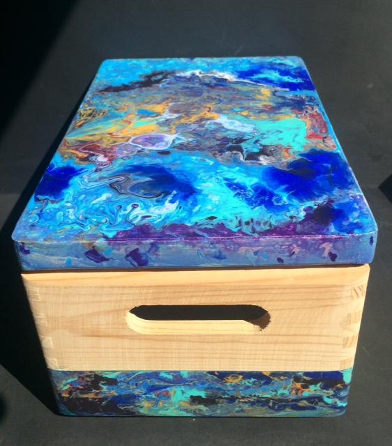 Ma boite en bois terminée avec peinture pouring sur le couvercle t un décor sur le bas de la boite en acrylique pouring